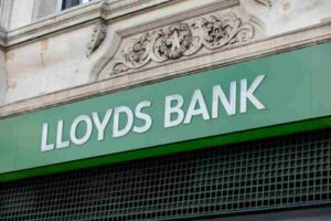 Lloyds bank opening times
